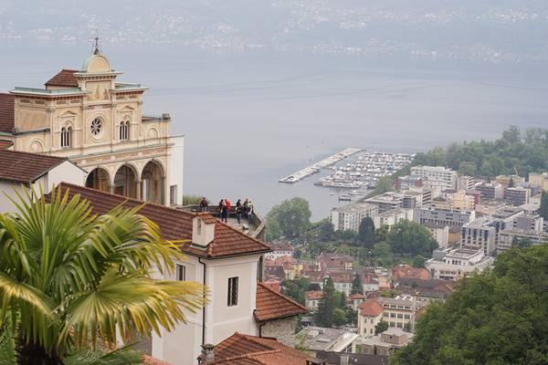 Blick über das Ferienhaus La Pineta auf den See