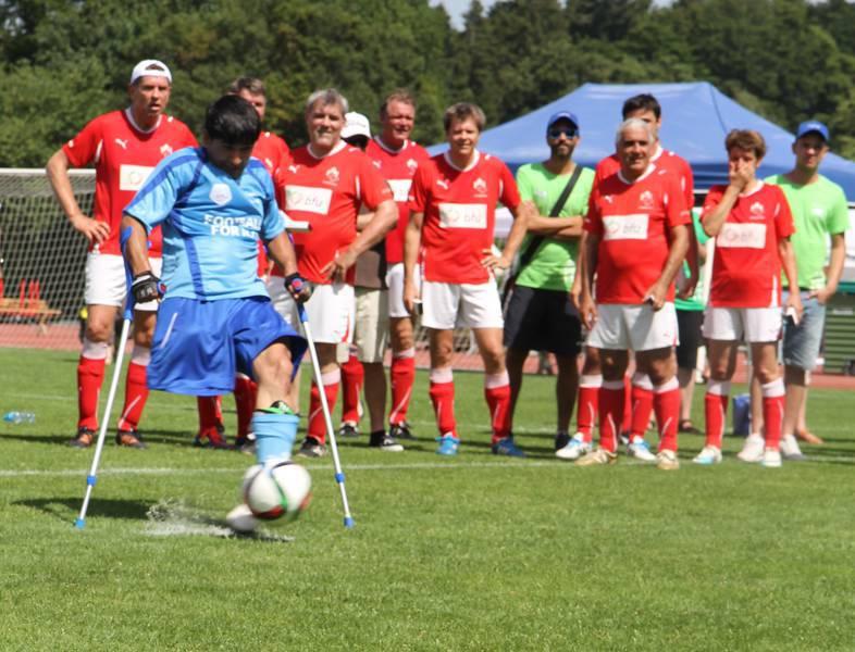 Einbeiniger Fussballer schiesst einen Penalty