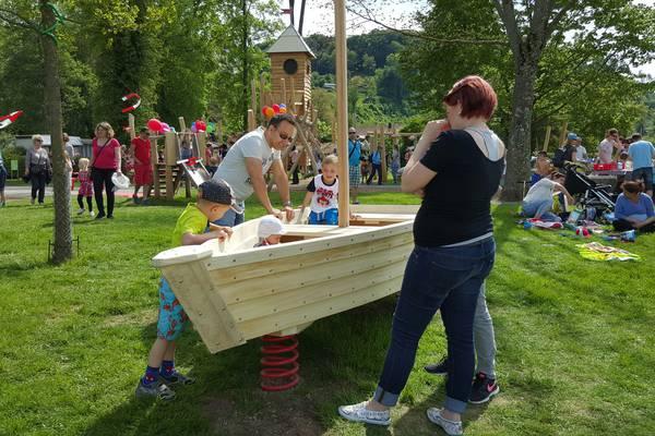 Kinder auf einem Holzschiff am Spielen