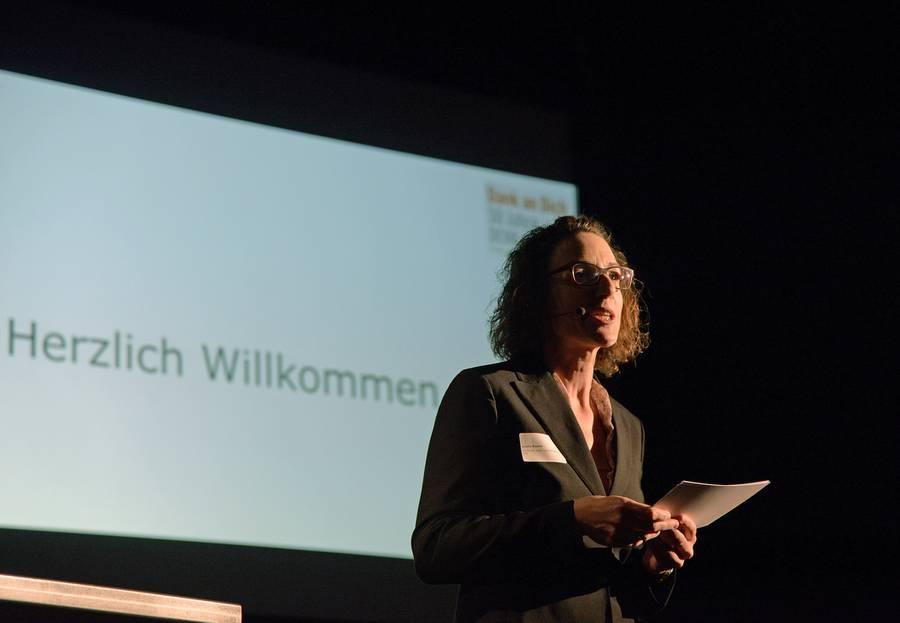 SRF1-Moderatorin Joëlle Beeler heisst die Gäste willkommen.