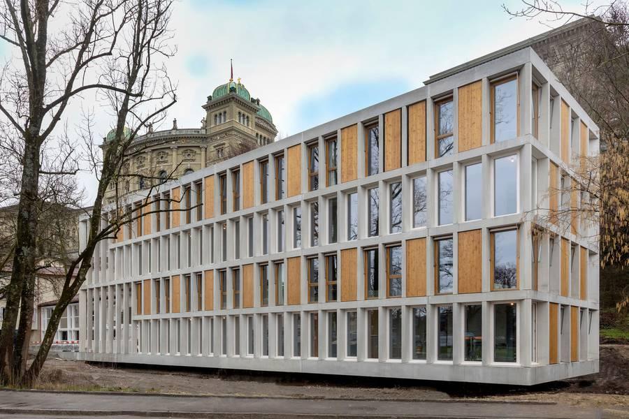 Die Jugendherberge in Bern vor dem Bundehaus.