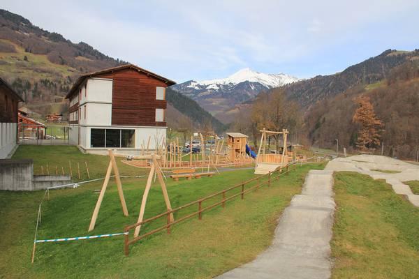 Wunderchöne Aussicht über die Spielgeräte auf die Berge.