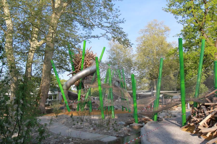 Der Spielplatz Lange Erlen besticht durch seine Spielelemente die beispielsweise einem Vogelnest oder einem Ameisenhaufen nachempfunden sind.
