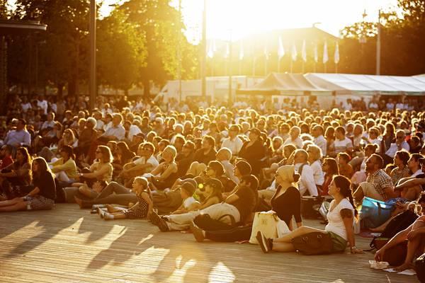 hunderte von Menschen lauschen auf dem Sechsiläutenplatz gespannt der Musik.