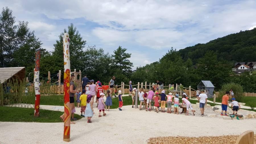 Die Kinder nehmen den Spielplatz in Beschlag