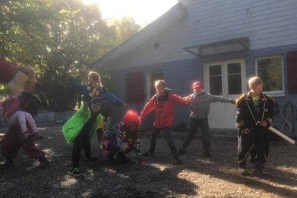 Die Kinder Spielen in ihren Kostümen