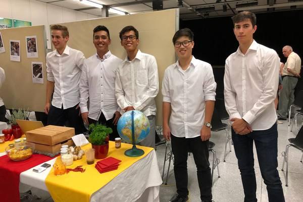Die 5 Schüler am Verkaufsstand