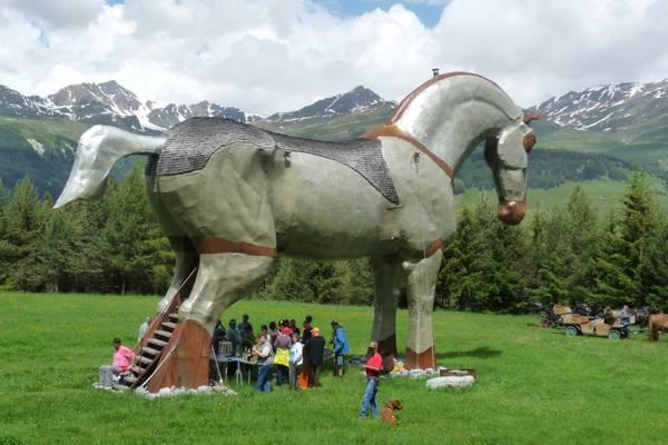 Picknick unter einem riesigen künstlichen Pferd