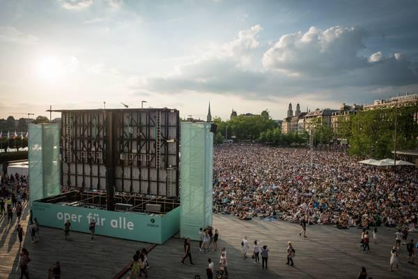das riesige Publikum auf dem Sechseläutenplatz in Zürich