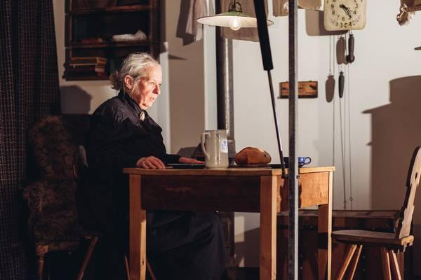 Ein Ausschnitt aus dem Theater mit einer alten Frau.