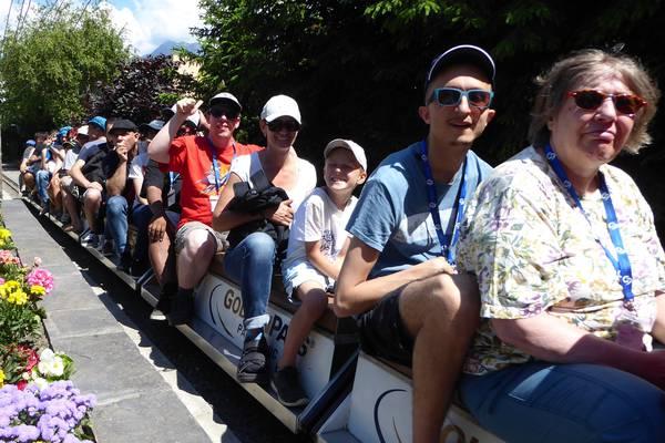 Alle Teilnehmenden sitzen auf einem Kinderzug.