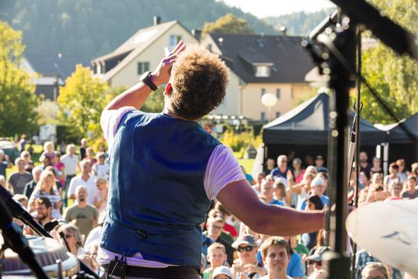 Ein Blick von der Bühne auf die Zuschauernden