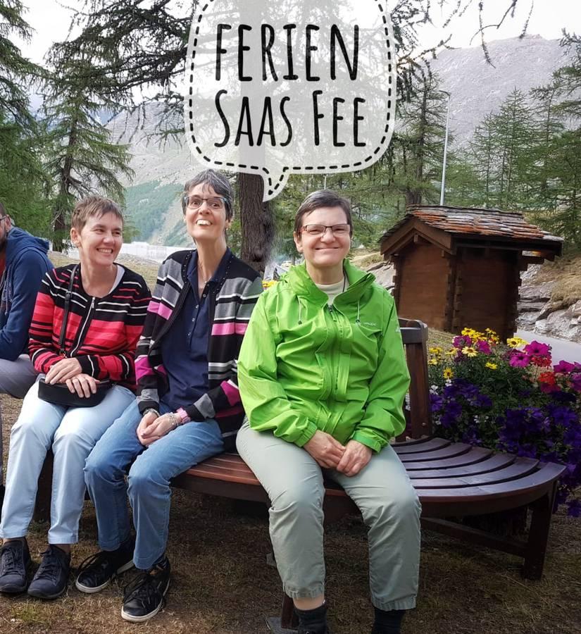 Drei glückliche Teilnehmende beim Wanderausflug.