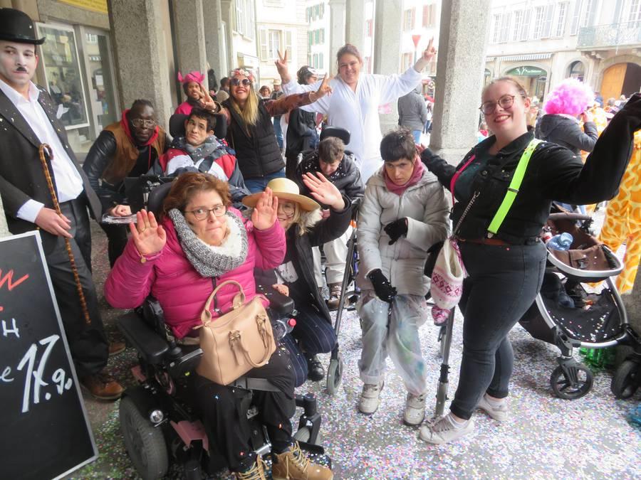 Die Karnevalistinnen im Konfettiregen im Wallis.