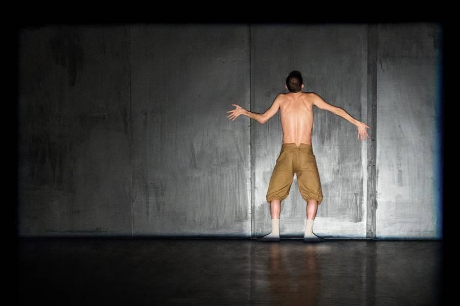 Ein Tänzer vor dem schawrzen Hintergrund.