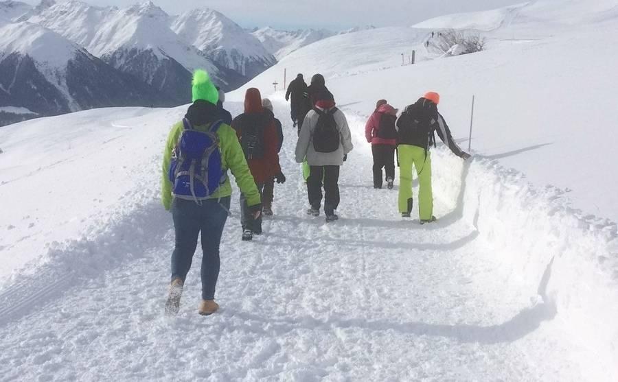Die Gruppe wandert durch den Schnee.