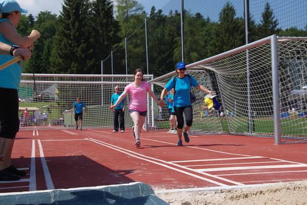 Ein Mädchen mit Downsyndrom rennt die 80 Meter-Distanz.