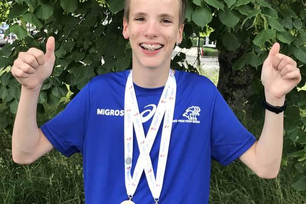 Fabian mit seinen bisher gewonnenen Medaillen.