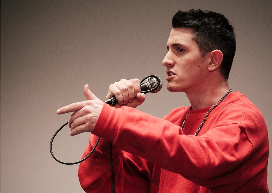 Der Raper Nice O singt ins Mikrophon.