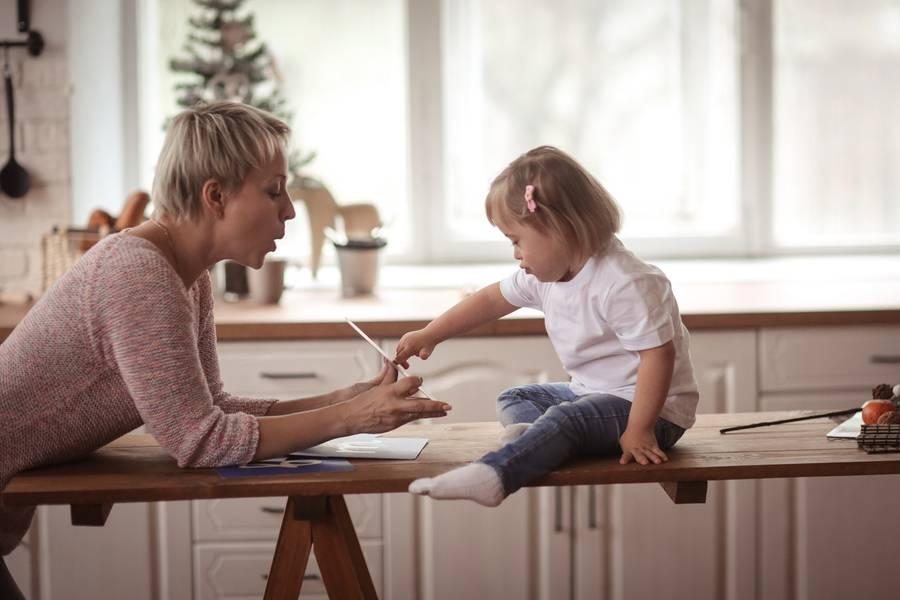 Eine Mutter erklärt ihrer Tochter etwas.